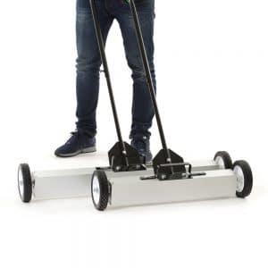 Magnet on wheels